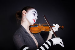 Mime da mulher nas luvas brancas que joga o violino Imagens de Stock