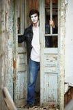 Mime del individuo contra la puerta de madera vieja. Fotografía de archivo