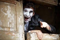 Mime del individuo contra la puerta de madera vieja. Imagen de archivo