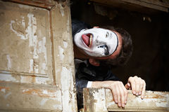 Mime del individuo contra la puerta de madera vieja. Foto de archivo libre de regalías
