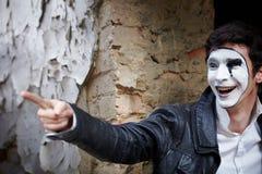 Mime del tirante contro un vecchio muro di mattoni. Fotografia Stock