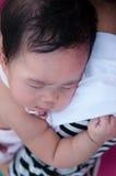 Mime a detener a su bebé recién nacido en vestido sexy mientras que ella dormía Concepto de la vinculación del día de la madre co Imagen de archivo
