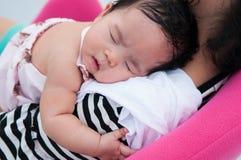 Mime a detener a su bebé recién nacido en vestido sexy mientras que ella dormía Concepto de la vinculación del día de la madre co Foto de archivo