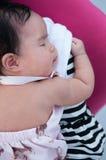 Mime a detener a su bebé recién nacido en vestido sexy mientras que ella dormía Concepto de la vinculación del día de la madre co Fotografía de archivo