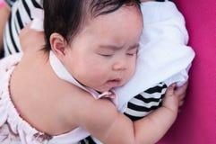 Mime a detener a su bebé recién nacido en vestido sexy mientras que ella dormía Concepto de la vinculación del día de la madre co Foto de archivo libre de regalías