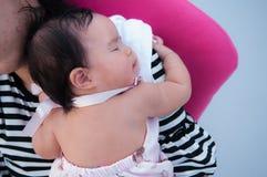 Mime a detener a su bebé recién nacido en vestido sexy mientras que ella dormía Concepto de la vinculación del día de la madre co Fotos de archivo libres de regalías