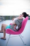 Mime a detener a su bebé recién nacido en vestido sexy mientras que ella dormía El bebé está durmiendo en su hombro de la madre e Fotografía de archivo libre de regalías