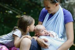 Mime a disfrutar de la naturaleza con su hija y bebé Foto de archivo