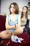 Mime a griterío en la hija del adolescente para el lío en el sofá Fotos de archivo