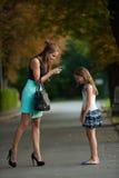 Mime a hablar con la muchacha traviesa en una calle en parque Fotos de archivo