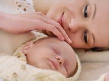 Mime a la mentira cerca del bebé y blando de tocarlo Imagen de archivo