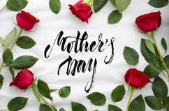 Mime a la tarjeta de felicitación del día del ` s con las rosas rojas y las letras de moda Imagenes de archivo