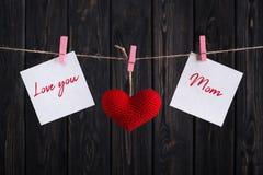 Mime a la tarjeta del día del ` s con el corazón rojo y a las etiquetas engomadas de papel en cuerda Fotos de archivo