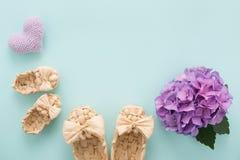 Mime a la tarjeta del día del ` s con el espacio de los botines, del corazón de la lila, de la flor y del texto Imagenes de archivo
