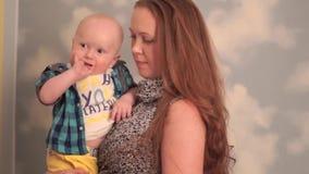 Mime a los abrazos y a los besos su bebé metrajes