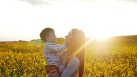 Mime a los juegos con el hijo en el campo en la puesta del sol MES lento almacen de video