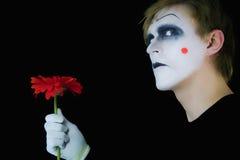 Mime melancólico con la flor roja fotos de archivo