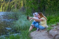 Mime a mostrar algo en el aire para la hija del bebé Summ Fotografía de archivo libre de regalías