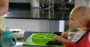 Mime a preparar el desayuno para su bebé en la cocina 4k almacen de metraje de vídeo