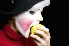 Mime que morde uma maçã imagens de stock royalty free