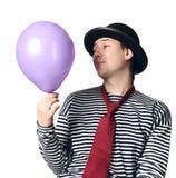 Mime que prende o balão azul Fotografia de Stock Royalty Free