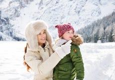 Mime a señalar en algo al niño en invierno al aire libre Foto de archivo libre de regalías