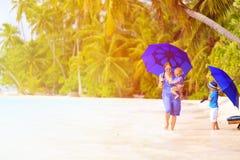 Mime y dos niños en la playa con los paraguas Fotografía de archivo