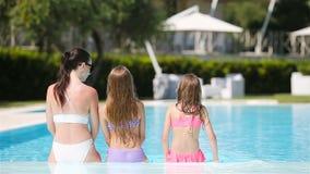 Mime y dos ni?os que disfrutan de vacaciones de verano en piscina de lujo metrajes