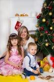 Mime y dos sus niños en la Navidad fotografía de archivo libre de regalías