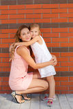 Mime y su hija que juega al aire libre en verano Foto de archivo