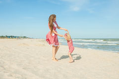 Mime y su hija que se divierte en la playa Fotografía de archivo libre de regalías