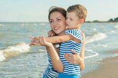 Mime y su hijo que se divierte en la playa Foto de archivo libre de regalías