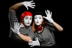 Mimes που κλίνει στο φανταστικό τοίχο στοκ εικόνες