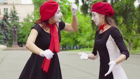 Mimes girls do performance στην οδό απόθεμα βίντεο