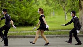 Mimes hace el paseo de salto divertido en el parque metrajes
