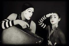 Mimes mulher e homem com mala de viagem e violino Fotografia de Stock Royalty Free