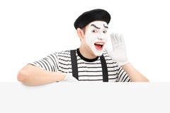Mimez le danseur faisant des gestes et criant et se tenant sur un panneau Image libre de droits