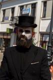 Mimez sur la rue dans un chapeau noir Images stock