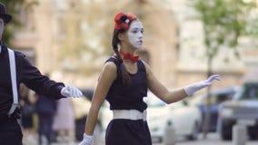 Mimi della donna e dell'uomo che ballano alla via urbana vaga archivi video