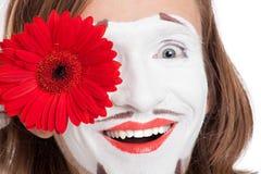 Mimicar o ator com a flor vermelha em sua cara fotografia de stock royalty free