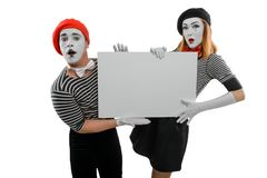 Mimicar os atores que guardam o cartaz branco fotografia de stock