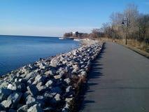 Mimico江边走的和循环的足迹 免版税库存照片