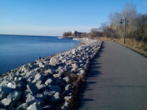 Mimico strand som går och cyklar slingor royaltyfria foton