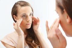 Mimische Falten, Zeichen der Hautalterung lizenzfreie stockbilder