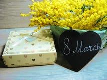 Mimosa arbusto mola amarela fundo cartão floral do 8 de março Foto de Stock
