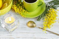Mimosa, citron och kaffe på ljus bakgrund Royaltyfria Foton