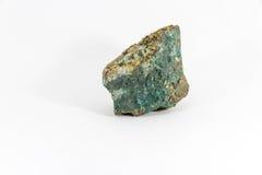 Minério de cobre de pedra semiprecioso bonito em um fundo branco Foto de Stock