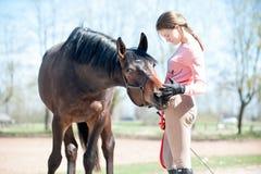min bästa vän Ung tonårs- flicka med hennes favorit- häst royaltyfri bild