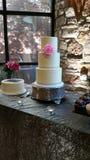 Min bröllopstårta med ett handlag av rosa färger fotografering för bildbyråer
