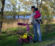 min farsa Fader och dotter med en cykel Royaltyfri Foto